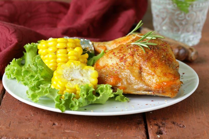 Jambe de poulet cuite au four avec du maïs photographie stock