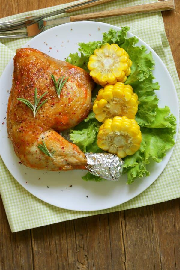 Jambe de poulet cuite au four avec du maïs photos libres de droits