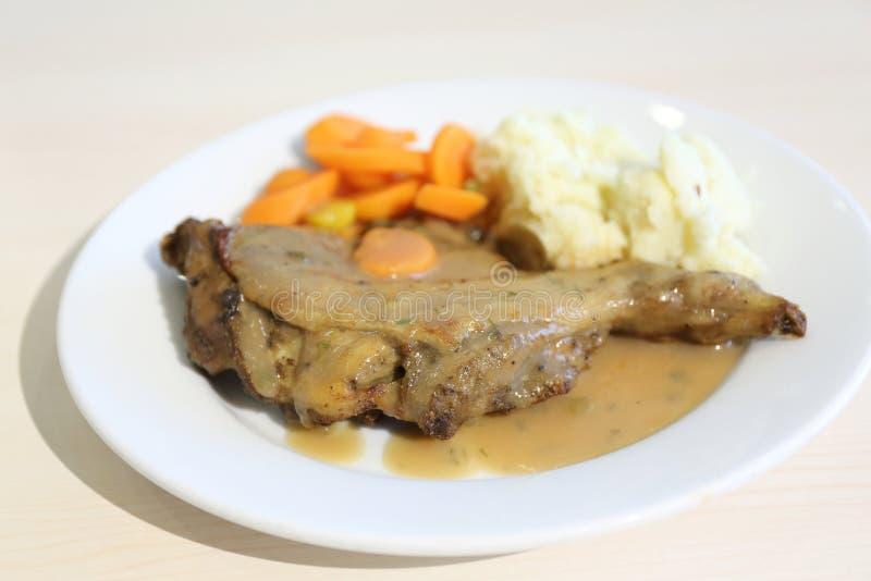 Jambe de poulet cuite au four avec les carottes de bébé, la salade de choux et la purée de pommes de terre photographie stock libre de droits