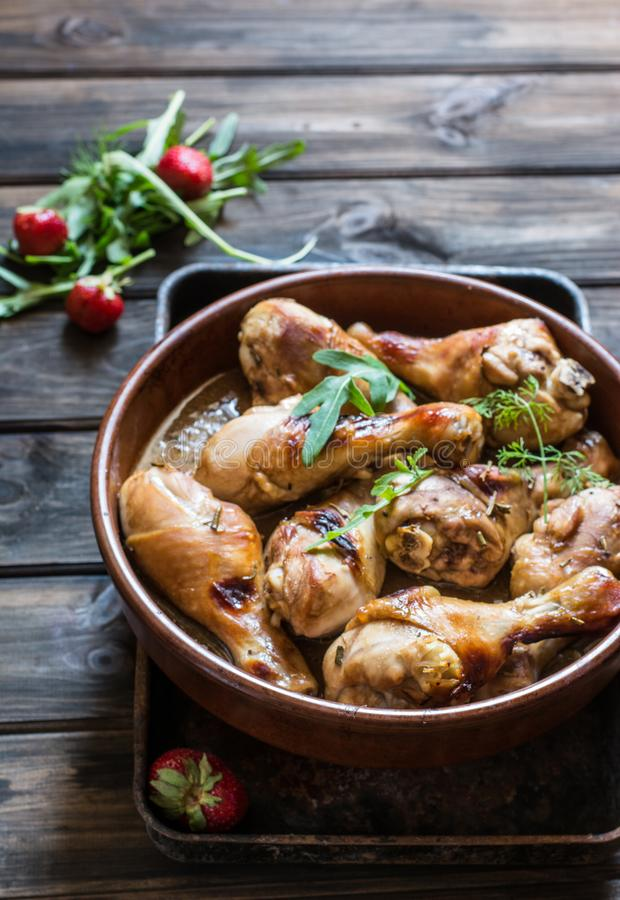 Jambe de poulet grillée avec de la salade d'un mélange de laitue de feuille, d'arugula et de plan rapproché de fraise d'un plat V images stock