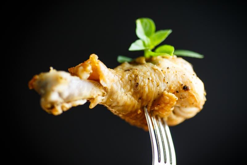 Jambe de poulet rôti images libres de droits