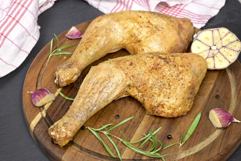 Jambe de poulet rôti ou pilon de poulet délicieuse images stock