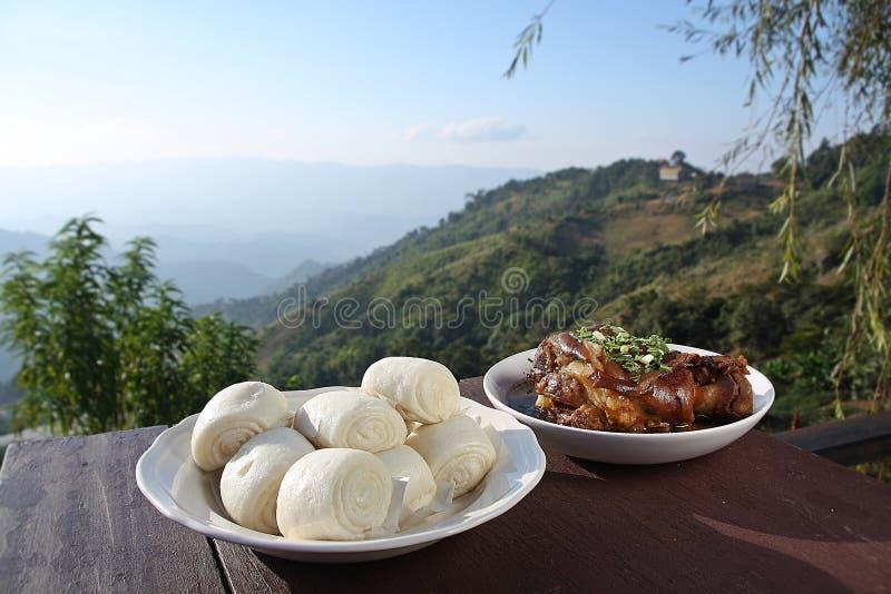 Jambe et Mantou de porc de vapeur image stock