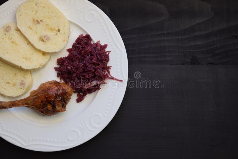 Jambe rôtie de canard et avec le chou rouge et les boulettes image stock