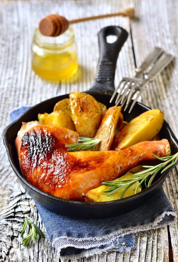 Jambe rôtie de poulet avec la pomme de terre photos libres de droits
