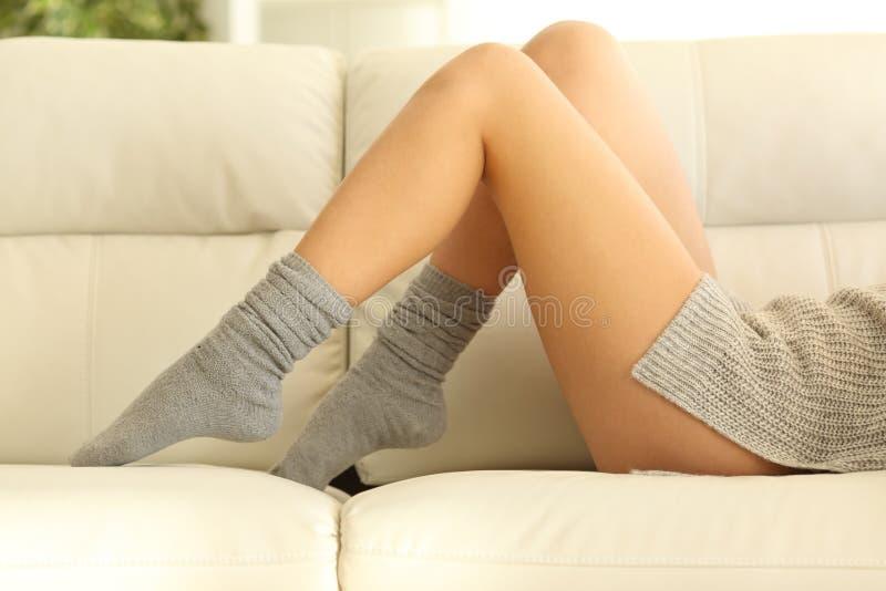 Jambes cirées par femme en hiver à la maison photos stock