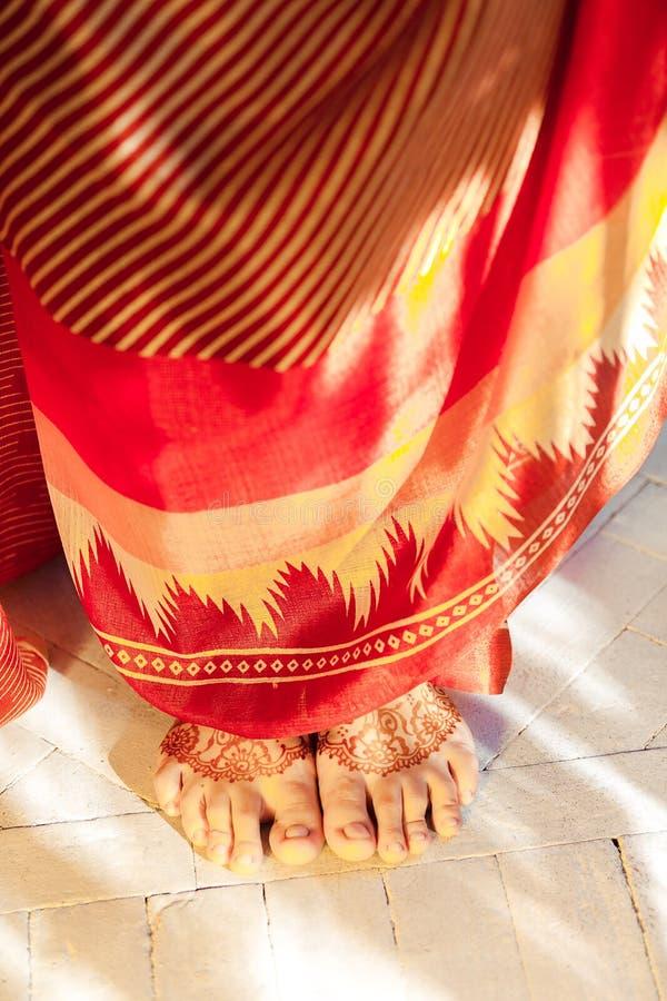 Jambes décorées du henné peint par mehandi indien images stock
