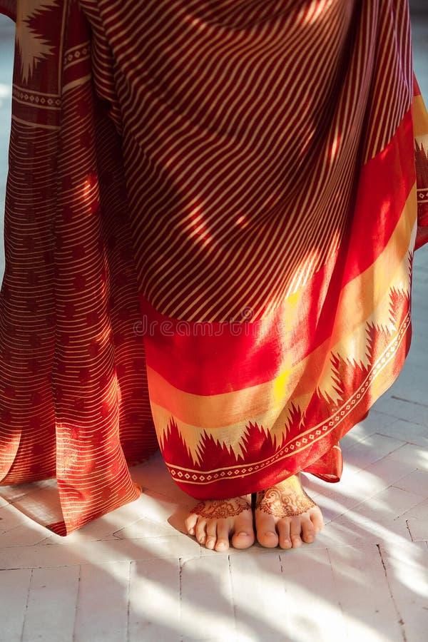 Jambes décorées du henné peint par mehandi indien image stock