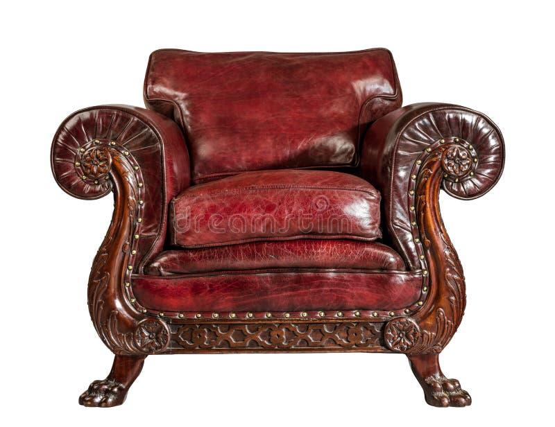 Jambes découpées par chaise en cuir rouge antique de bras d'isolement photo stock