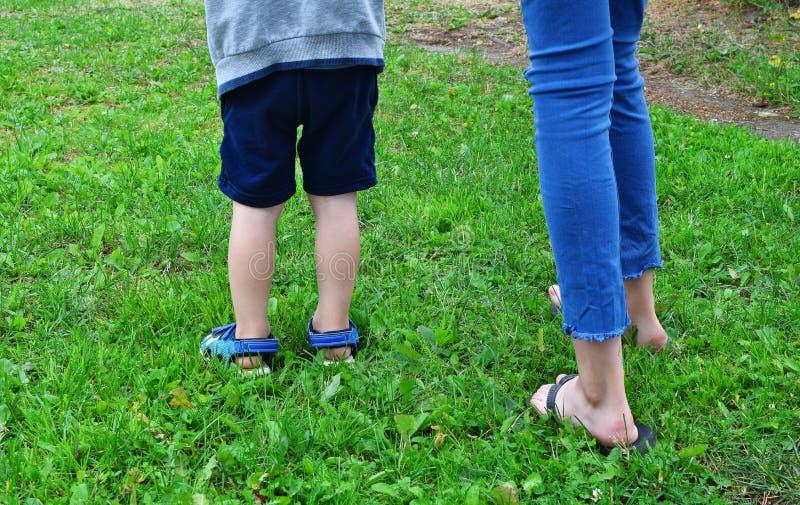 Jambes d'enfants dehors dans l'herbe photos stock
