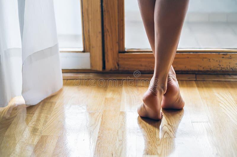 Jambes d'une fille aux pieds nus photos stock