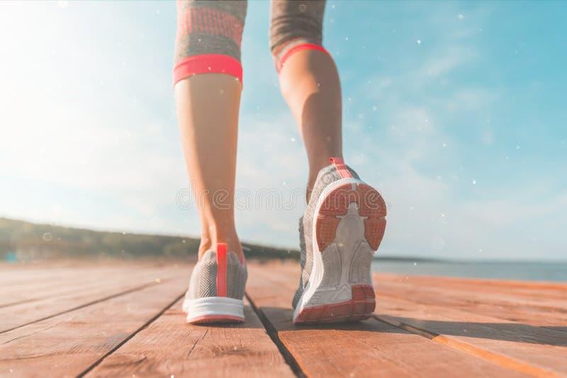 Jambes dans des espadrilles en gros plan concept de sant? et de yoga Fin de vue arri?re vers le haut des jambes femelles sportive images libres de droits