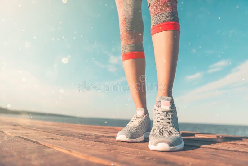 Jambes dans des espadrilles en gros plan concept de sant? et de yoga Fin de vue arri?re vers le haut des jambes femelles sportive image libre de droits