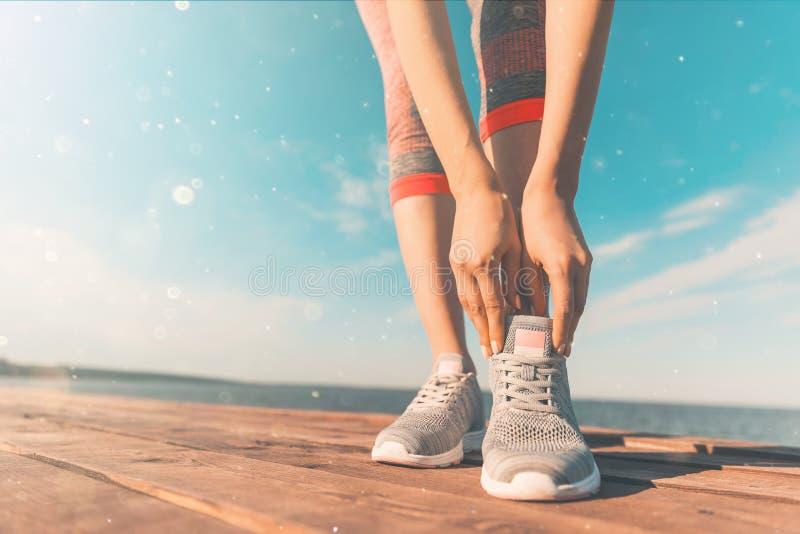 Jambes dans des espadrilles en gros plan concept de sant? et de yoga Fin de vue arri?re vers le haut des jambes femelles sportive image stock