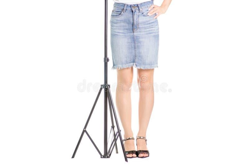 Jambes dans le trépied de jeune fille de chaussures photographie stock