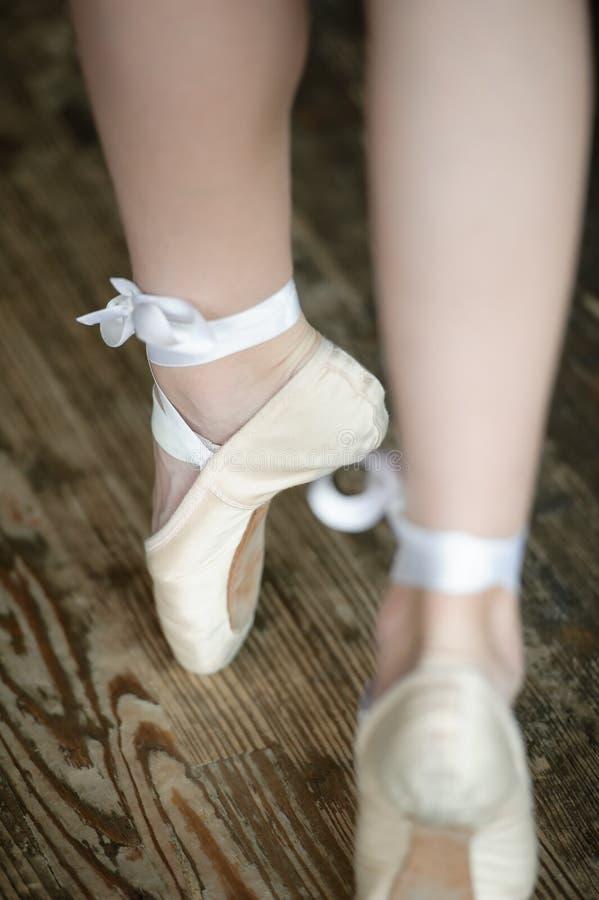 Jambes de ballerine sur la pointe des pieds images libres de droits