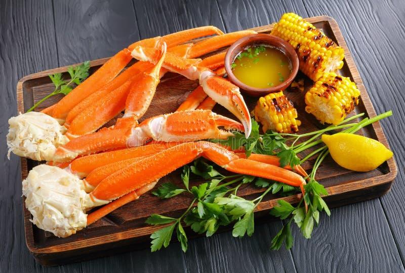 Jambes de crabe de neige servies avec des épis de maïs photos libres de droits