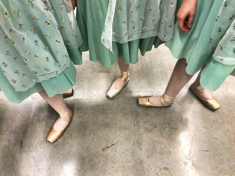 Jambes de danseur dans des chaussures de pointe dans le des coulisses photographie stock