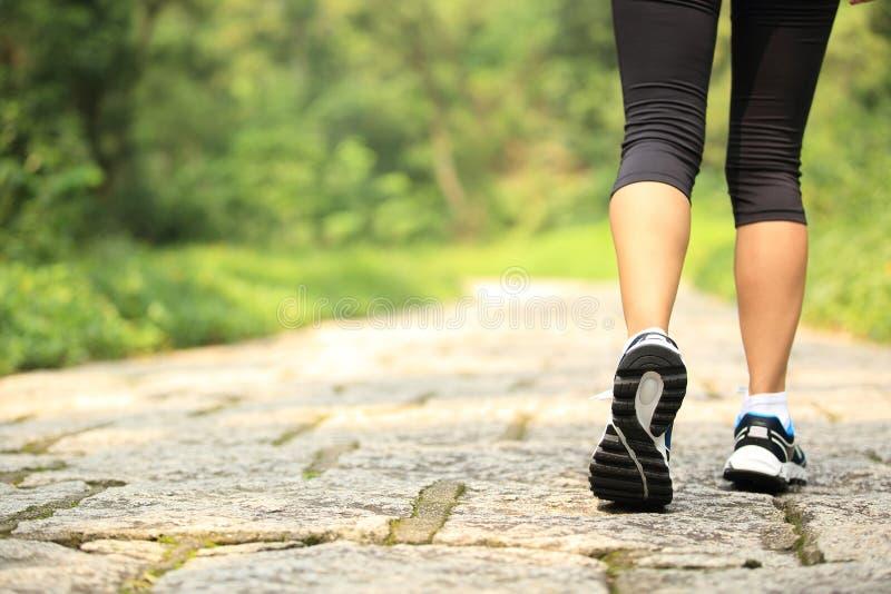 Jambes de femme de forme physique augmentant sur la traînée images libres de droits