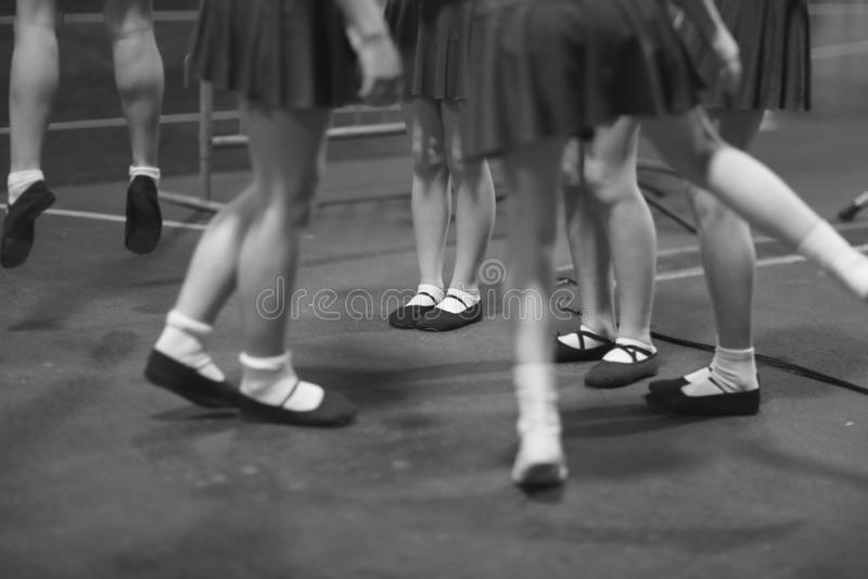 Jambes de jeunes artistes féminins participant à l'ensemble de danse photo stock