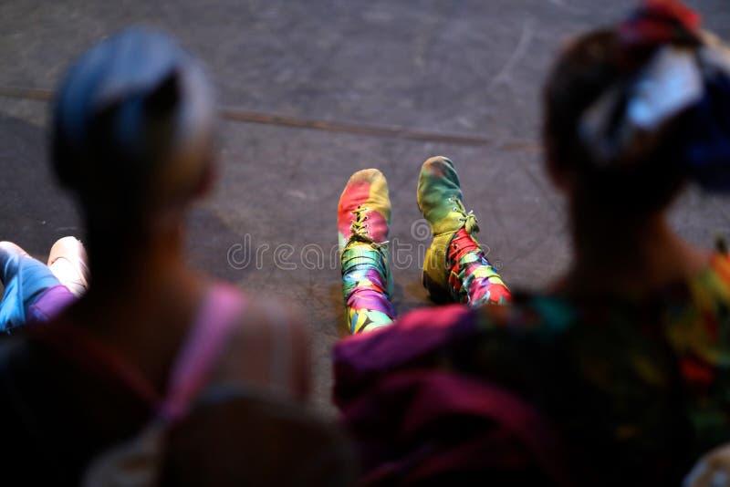 Jambes de jeunes danseurs classiques images stock