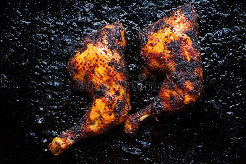 Jambes de poulet de Charbroiled et cuisses, croustillant et d'or images stock