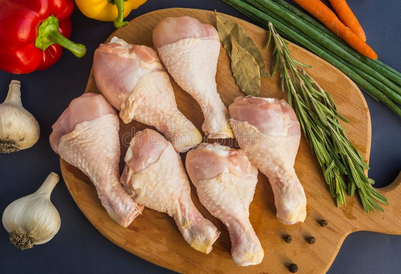 Jambes de poulet crues crues photographie stock