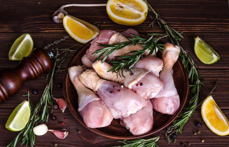 Jambes de poulet crues, pilon du plat, viande avec des épices pour la cuisson image stock