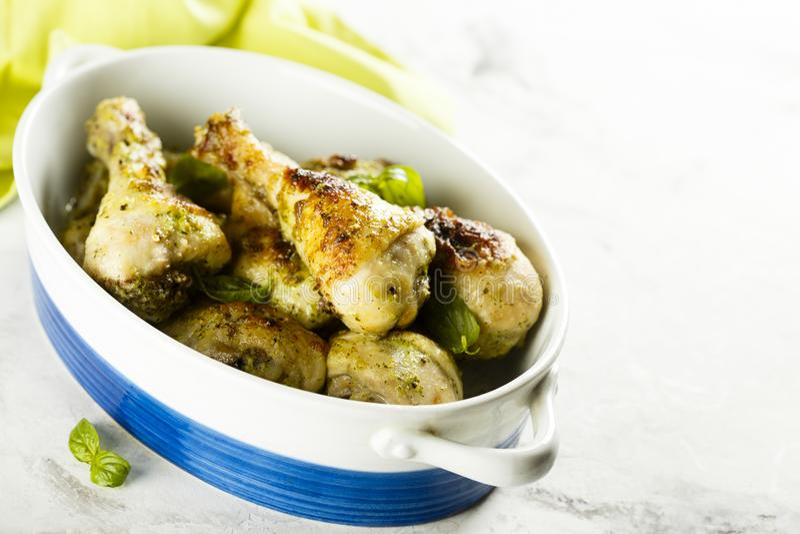 Jambes de poulet cuites au four avec de la sauce faite maison à pesto image stock