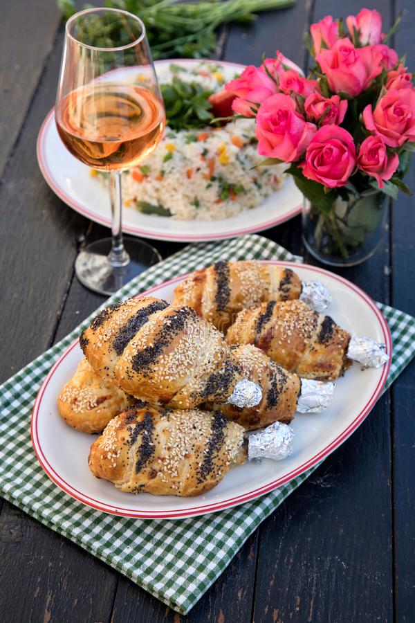 Jambes de poulet en pâte feuilletée images stock