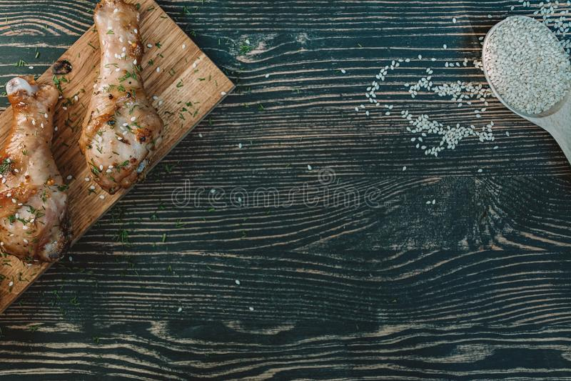 Jambes de poulet frit avec des épices sur un plateau en bois Place pour le texte Vue de ci-avant images stock