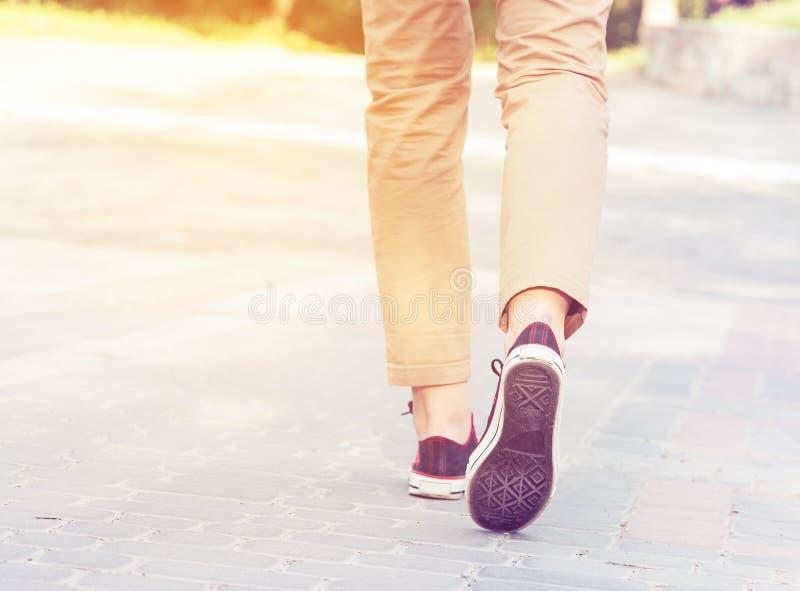 Jambes de promenade de femme photographie stock libre de droits
