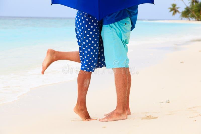 Jambes des couples de baiser rainly le jour à tropical image stock