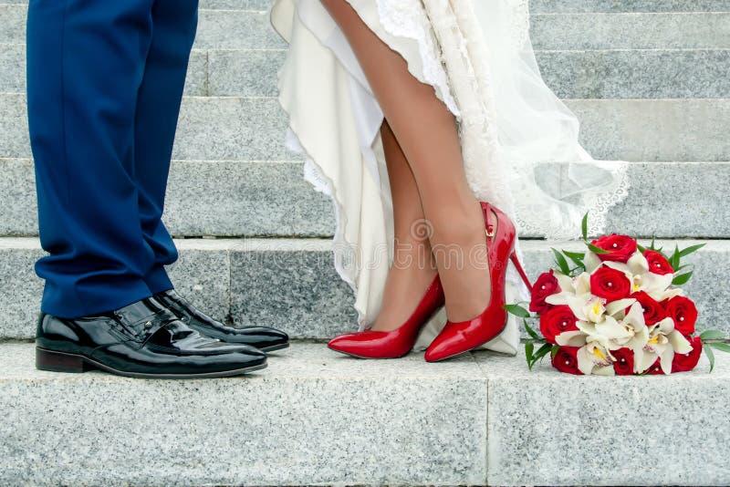 Jambes des couples et du bouquet de mariage images libres de droits