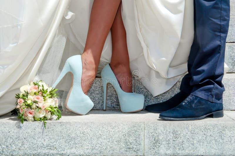 Jambes des couples et du bouquet de mariage photo libre de droits