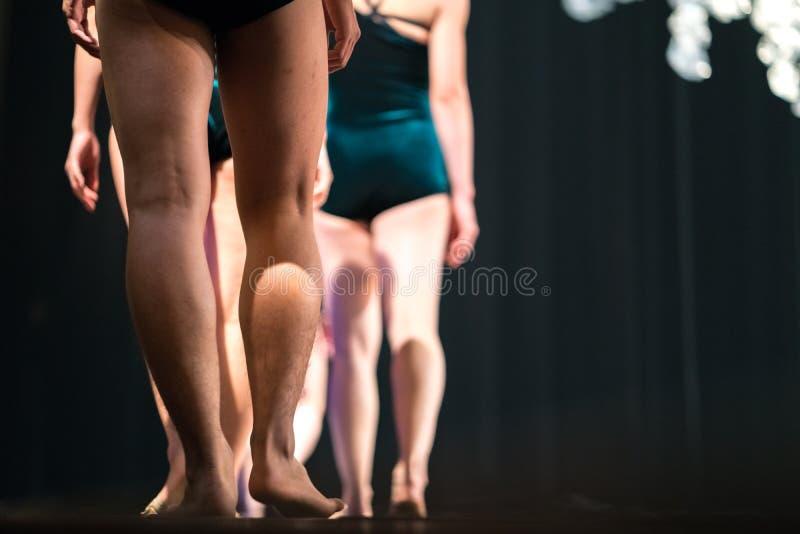 Jambes des danseurs classiques sur l'étape dans le théâtre photo libre de droits