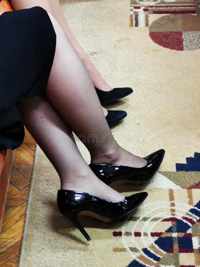 Jambes des femmes - talons noirs photographie stock