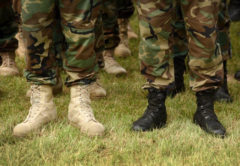 Jambes des soldats dans des chaussures noires et blanches Concept militaire E photos libres de droits