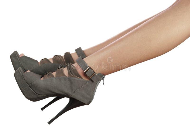 Jambes du ` s de femmes avec la mode de talons hauts d'isolement sur le blanc images stock