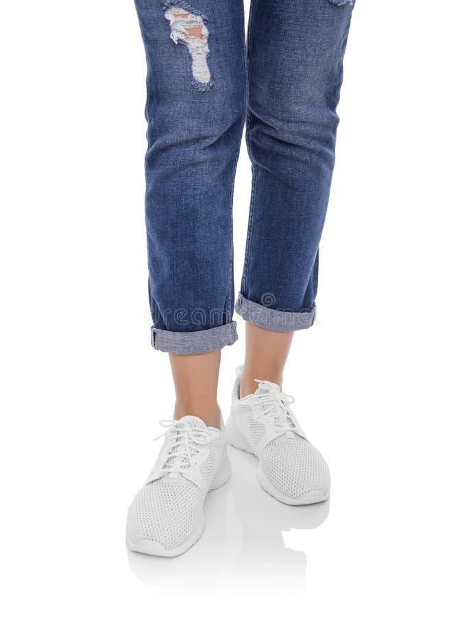 Jambes du ` s de femmes dans les jeans et des espadrilles photo stock