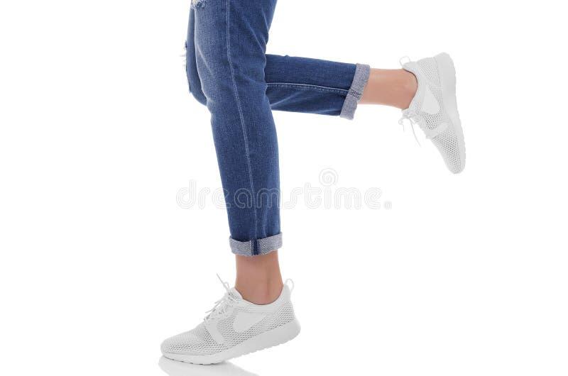 Jambes du ` s de femmes dans les jeans et des espadrilles images stock