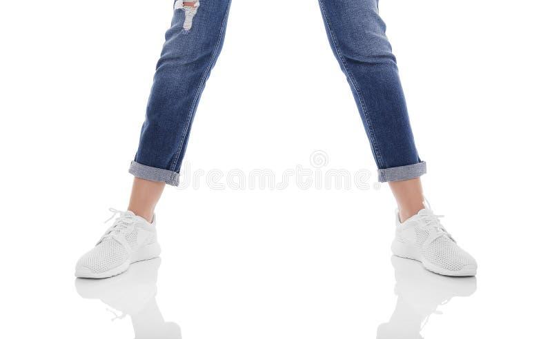 Jambes du ` s de femmes dans les jeans et des espadrilles photographie stock