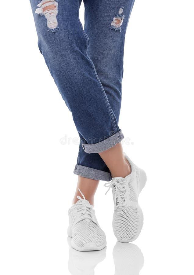 Jambes du ` s de femmes dans les jeans et des espadrilles photos libres de droits