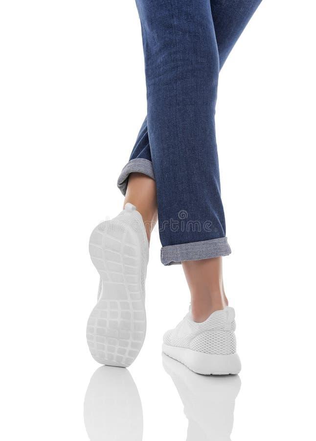 Jambes du ` s de femmes dans les jeans et des espadrilles photographie stock libre de droits