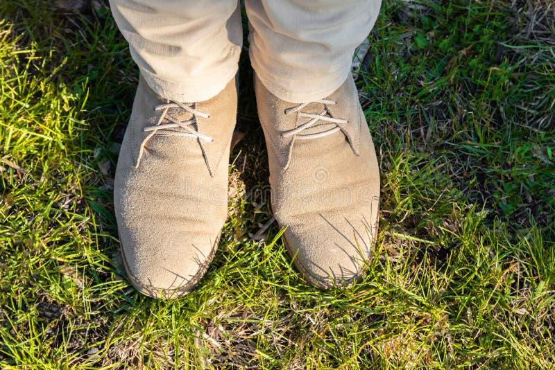 Jambes femelles dans des pantalons légers avec les chaussures beiges image libre de droits