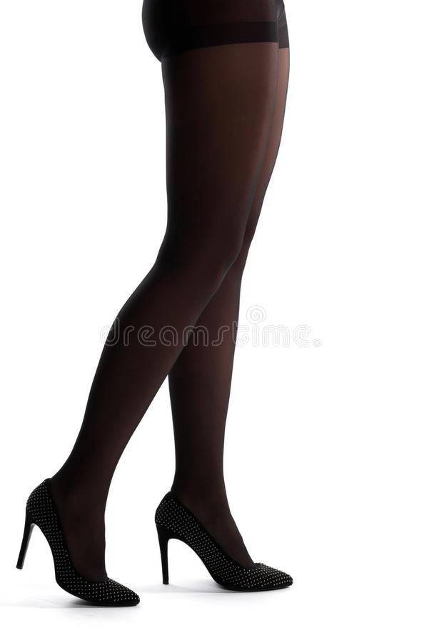 Jambes femelles dans la chaussure de talon haut d'isolement images libres de droits