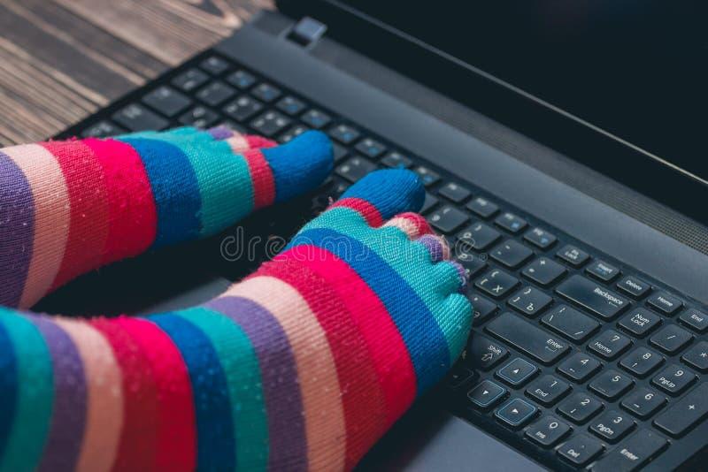 Jambes femelles dans les chaussettes rayées colorées photo libre de droits