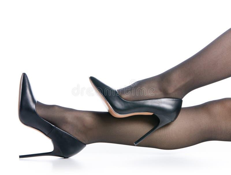 Jambes femelles de mode noire noire de bas de chaussures de talons hauts image libre de droits