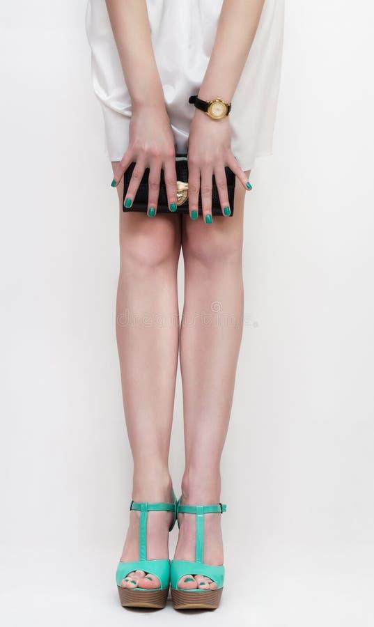 Jambes femelles parfaites utilisant des talons hauts image stock