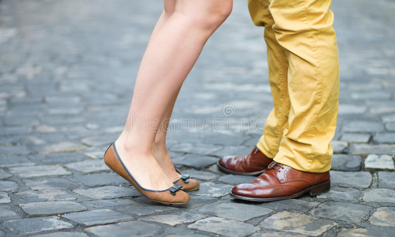 Jambes masculines et femelles pendant une date images stock